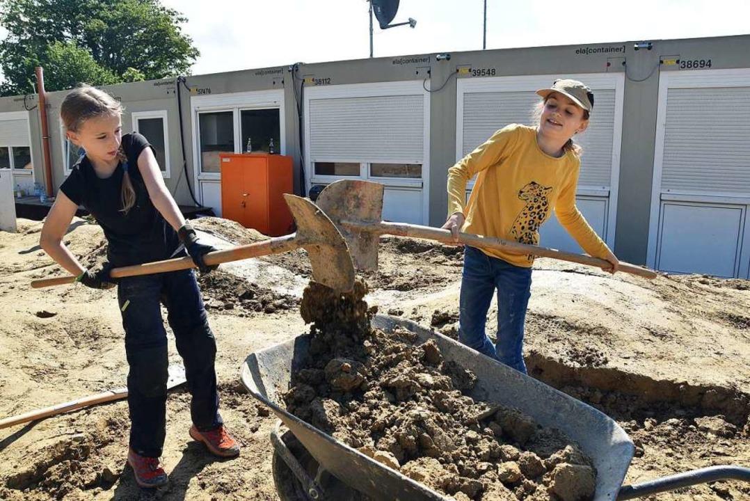 Kräftig angepackt wurde auf dem Gelände des neuen Pumptracks in Wittnau.  | Foto: Andrea Gallien