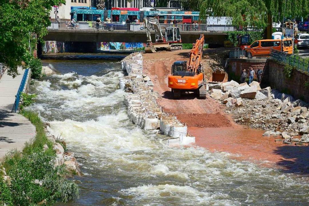 Die Bauarbeiten laufen trotz Hochwassers.  | Foto: Ingo Schneider