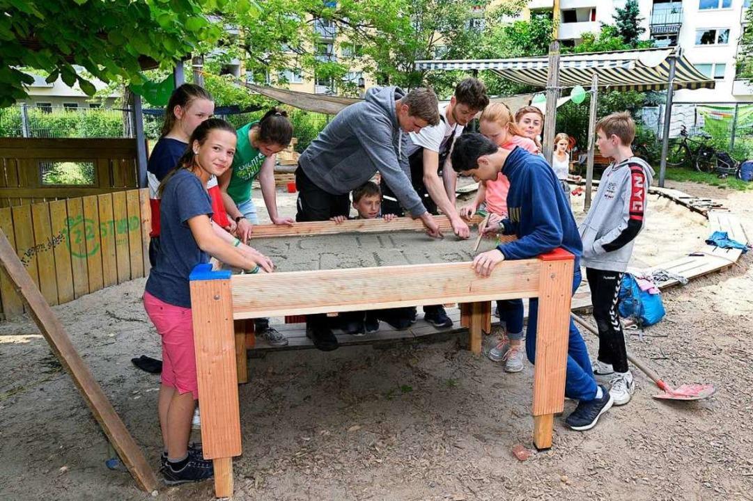 Hier entsteht ein Hoch-Sandkasten, der...dem Rollstuhl unterfahren werden kann.  | Foto: Thomas Kunz