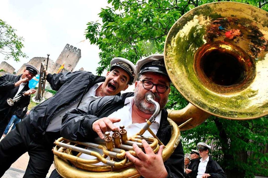 Launiger Auftritt von Hugo Kuijpers un...ardynaals von der Hurricane Brass Band  | Foto: Barbara Ruda