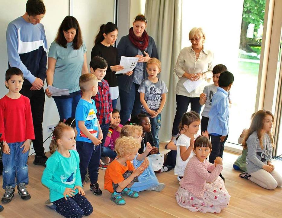 Eine Kindergruppe eröffnete mit fröhlichem Gesang die kleine Feierstunde.  | Foto: Rolf Reißmann