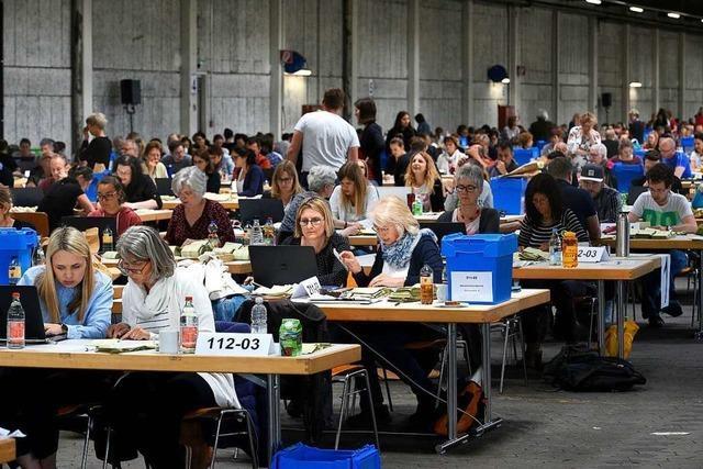 Fotos: In der VAG-Bushalle wird die Kommunalwahl Freiburg ausgezählt