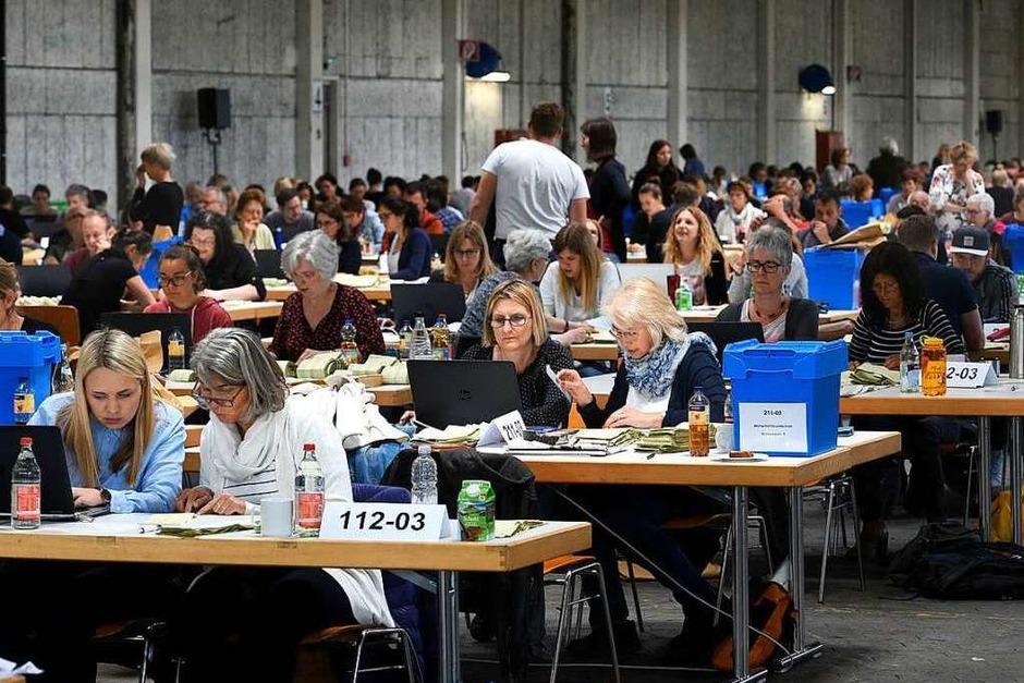 In der Bushalle der Freiburger Verkehrs AG wird am Montag die Kommunalwahl ausgezählt. (Foto: Thomas Kunz)