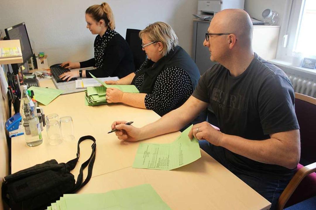 Auszählung der Wahlergebnisse im Rathaus in Bleibach.  | Foto: Bernd Fackler