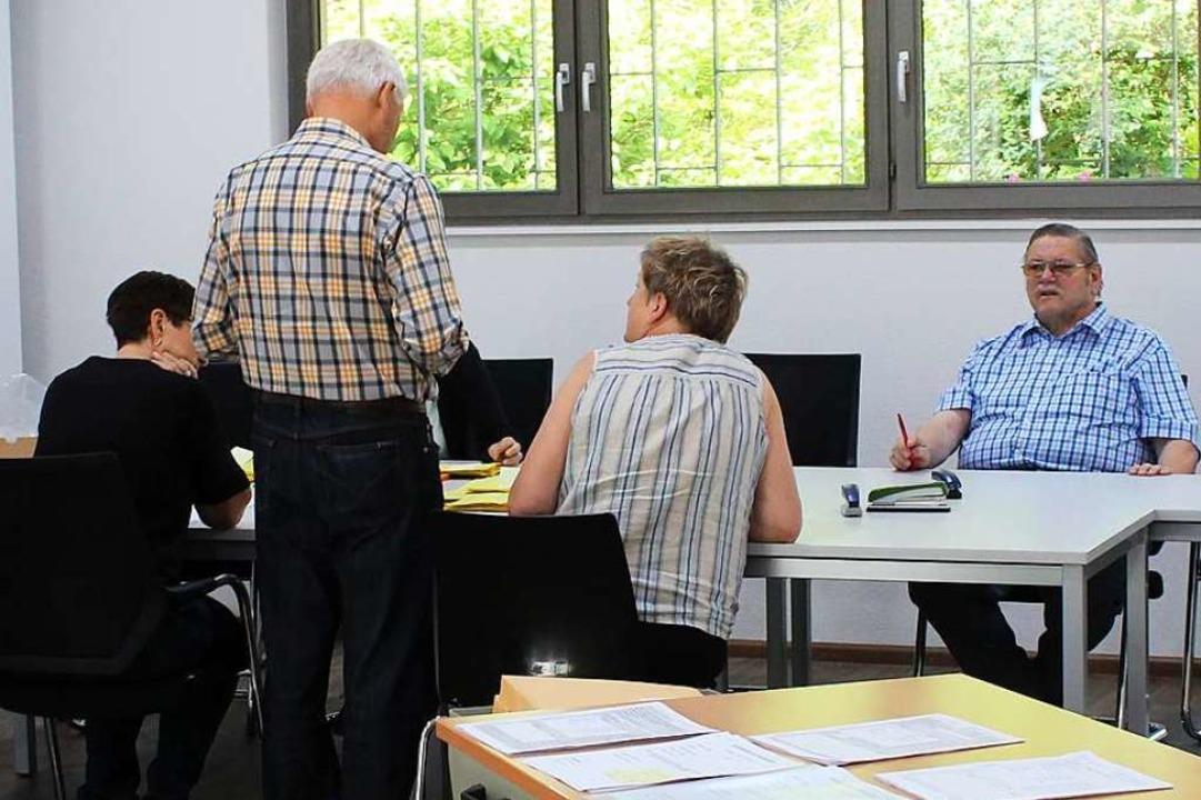 Auszählen für den Bezirk Eimeldingen O...tbürgermeister Hansjörg Rupp (stehend)    Foto: Victoria Langelott