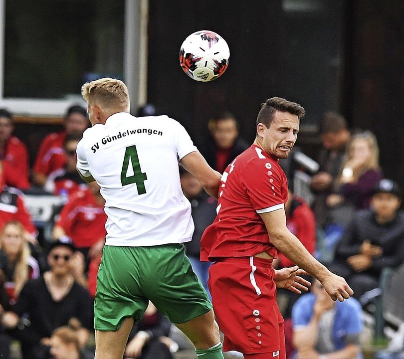 Kopf an Kopf in Ballnähe: Der Gündelwa...mpp vom A-Kreisligisten FC Lenzkirch.   | Foto: Wolfgang Scheu