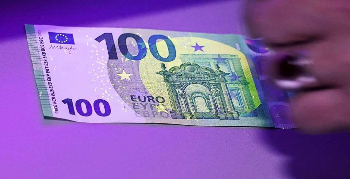So sieht der neue 100-Euro-Schein aus.  | Foto: Peter Endig (dpa)