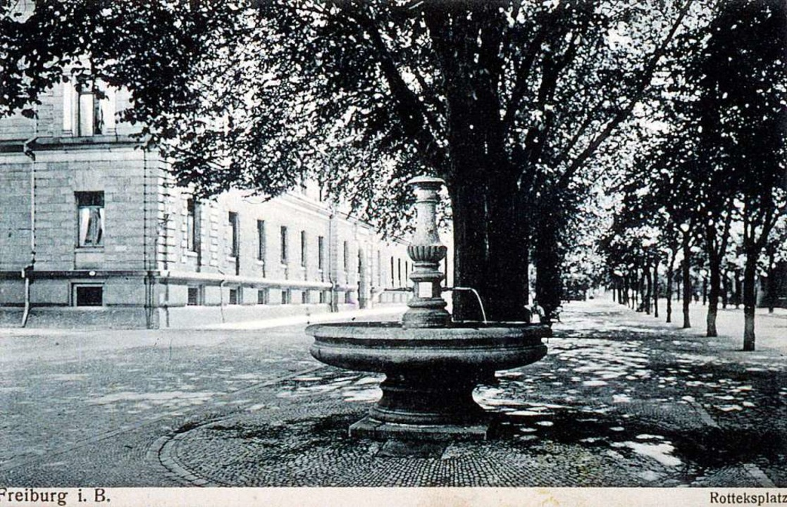 Der Rotteckplatz mit dem Weinbrunnen a...tandenen Foto mit Blickrichtung Süden.  | Foto: unbekannt, ca. 1910-1930, Sammlung J. Scheck