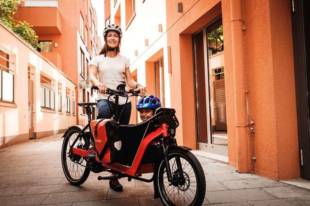 Zweirädrige Lastenräder bieten vorne P...noch vergleichsweise sportlich fahren.  | Foto: Sebastian Hofer (dpa)