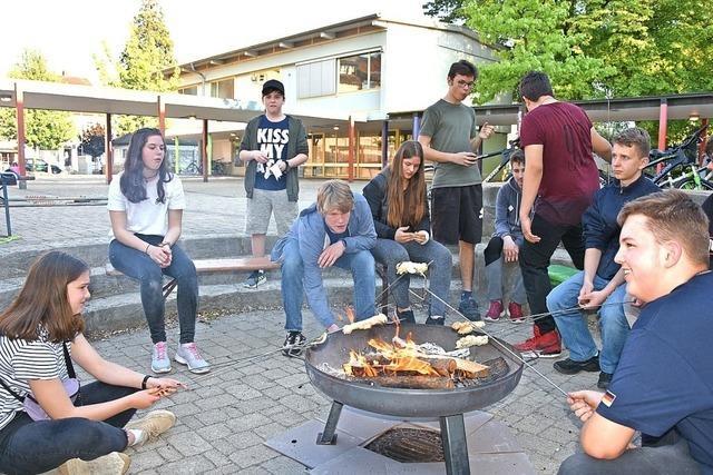 Jugendparlament spricht bei Stockbrot über Ziele