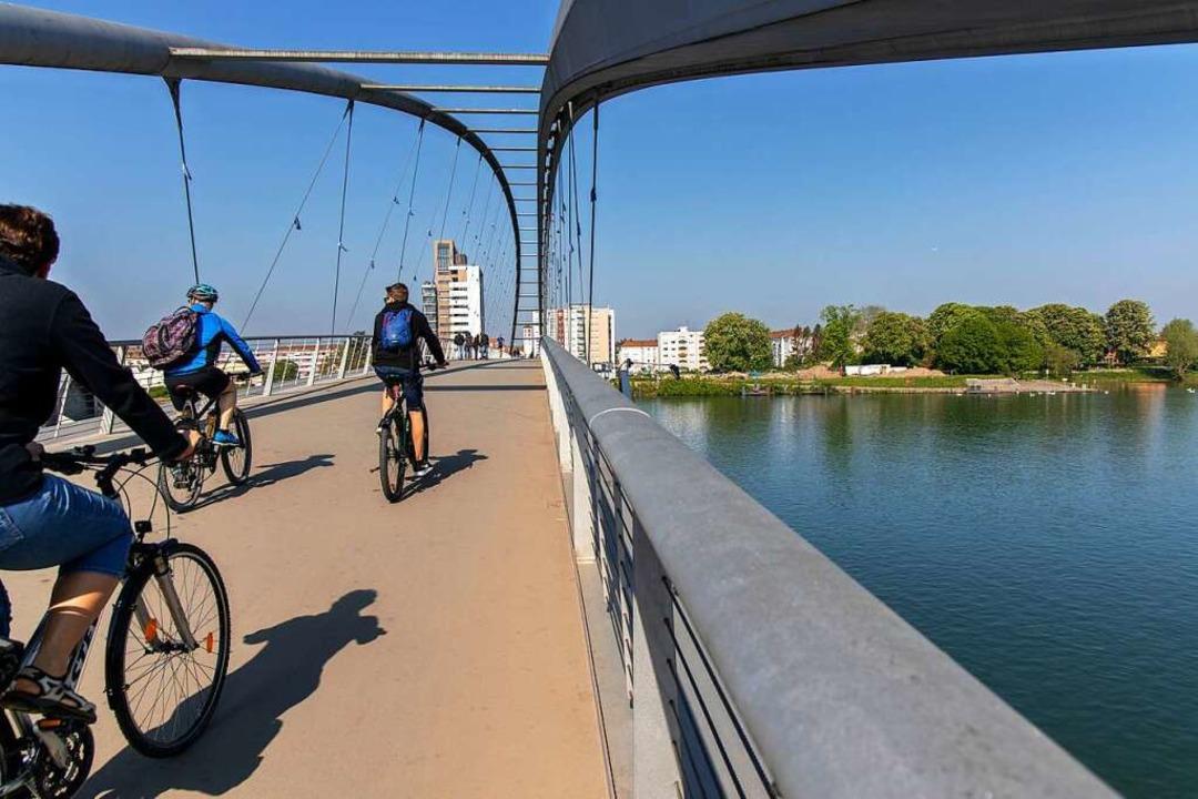 Ja, wo fahren sie denn? Radfahrer auf der Dreiländerbrücke in Weil am Rhein.    Foto: Joss Andres