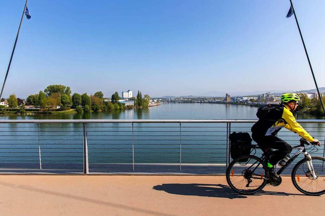Radler über dem Rhein: Szene auf der Dreiländerbrücke in Weil.     Foto: Joss Andres