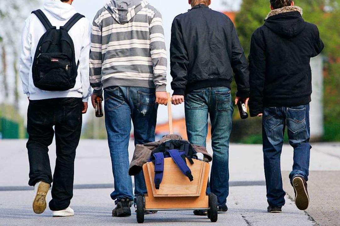 Traditionell ziehen Männer am Vatertag...einmal anders verbringen? (Symbolbild)  | Foto: Frank May (dpa)
