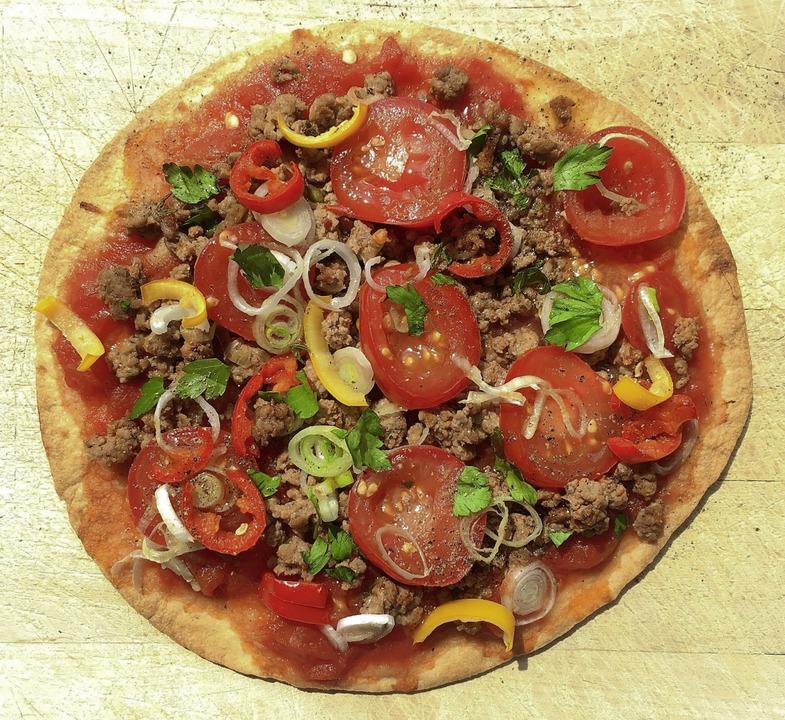 Pizza mit Hackfleisch, orientalisch gewürzt.   | Foto: Stechl