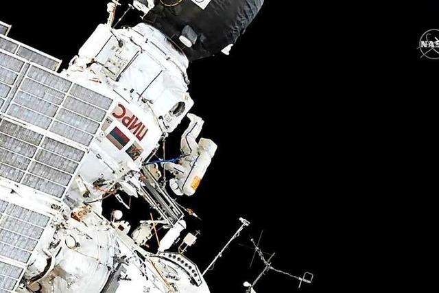 Zwei Kosmonauten reinigen die ISS von außen