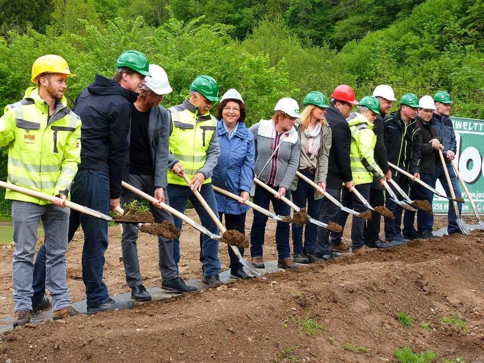 Architekten, Bürgermeister und Amtsleiter freuen sich über den Baubeginn  | Foto: Sattelberger
