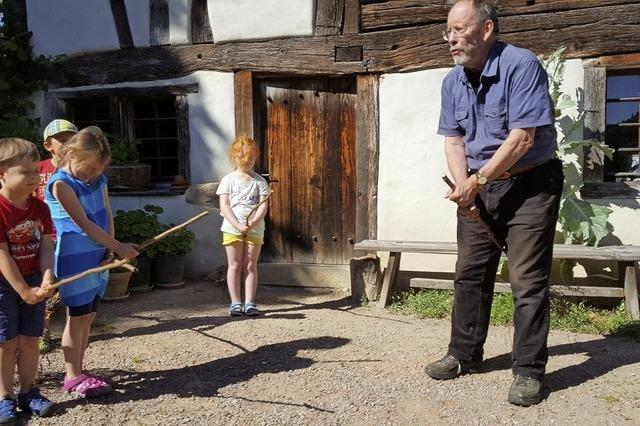 Im Schneiderhof in Kirchhausen Körbe flechten und Kinderbesen binden