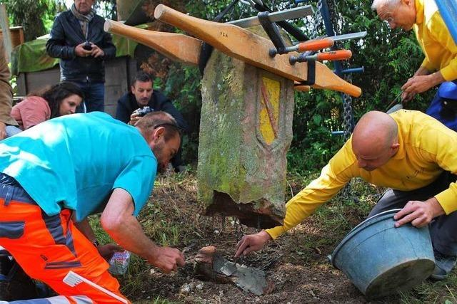 Zwischen Lörrach und Stetten wurde ein alter Grenzstein wieder aufgestellt