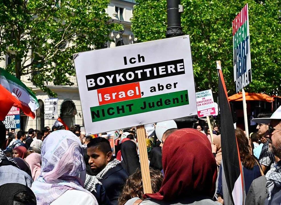 Demonstrantinnen rufen zum Boykott von Israel auf.  | Foto: TOBIAS SCHWARZ (AFP)