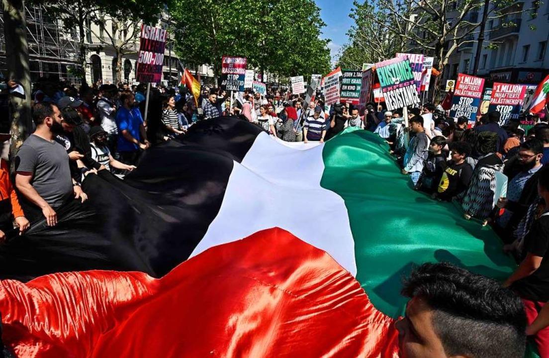 Eine überdimensionale palästinensische Flagge wird getragen.  | Foto: TOBIAS SCHWARZ (AFP)