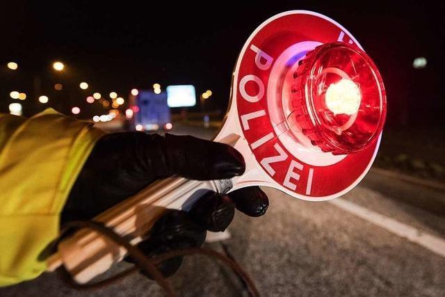 Polizei fahndet mit Hunden und Hubschraubern nach flüchtendem Autofahrer