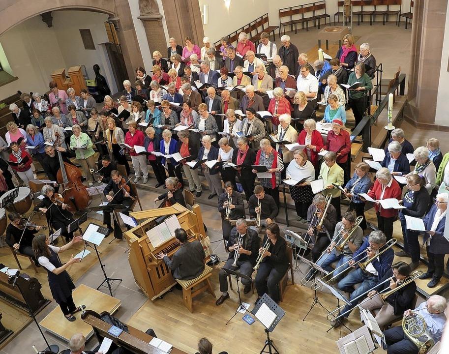 Sängerinnen und Sänger aus den Kirchen... fanden zu einem großen Chor zusammen.  | Foto: Beatrice Ehrlich