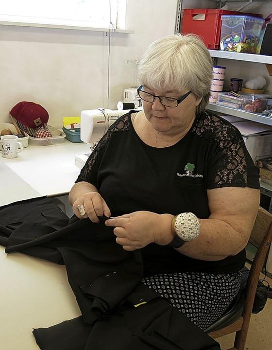 Karin Sulzberger bei der Aufhübschung von Kostümen  | Foto: Georg Voß