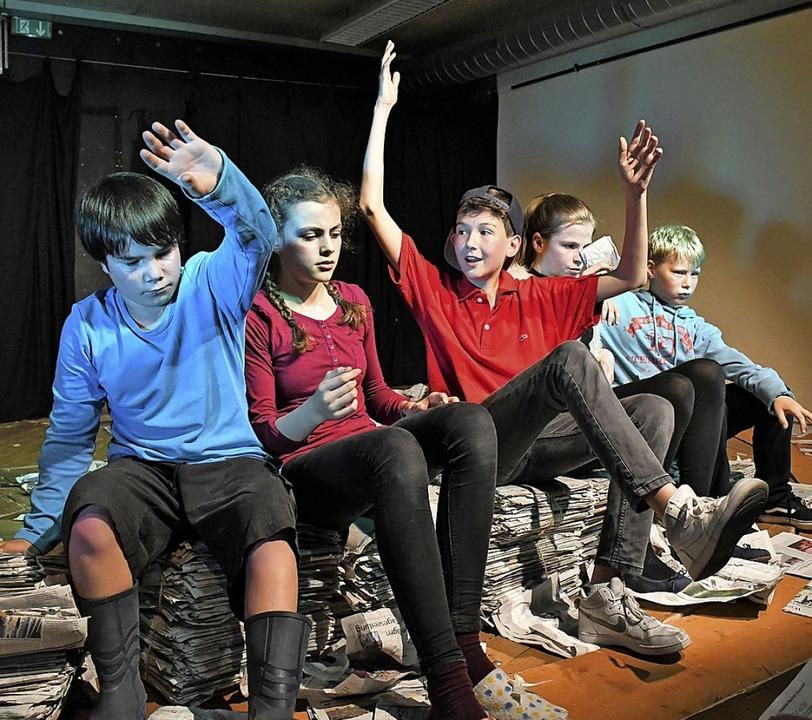 Die fünf jungen Darsteller spielen rec...tuos auf der Klaviatur des Theaters.    | Foto: Barbara Ruda