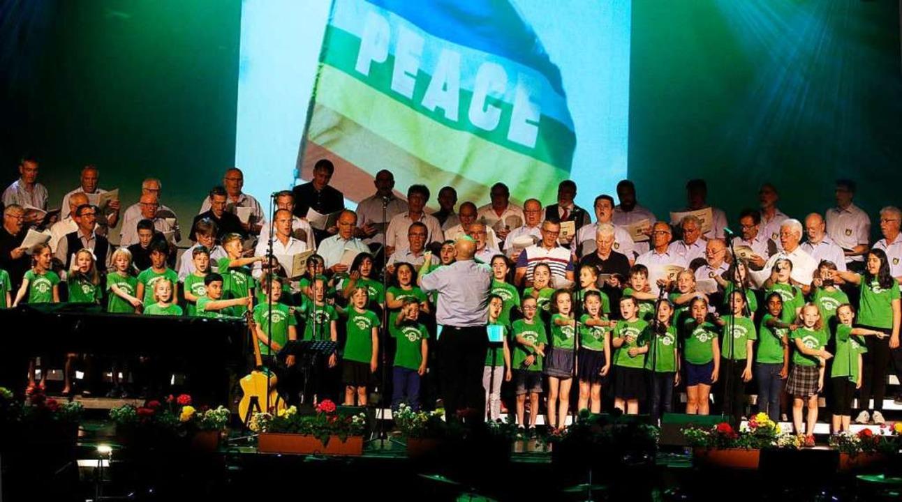 Der Polizei-Projektchor und der Kinder...dtschule erheben gemeinsam die Stimme.  | Foto: Heidi Fößel