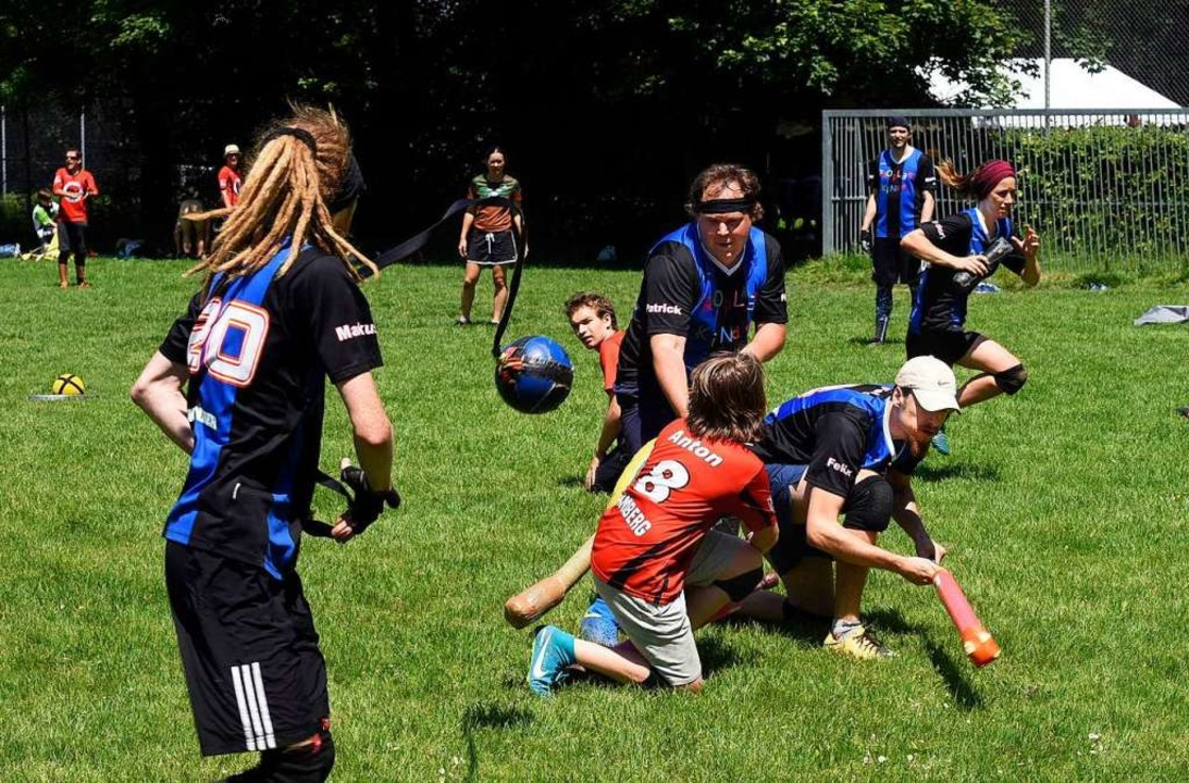 Erwachsene und Kinder spielen zusammen.  | Foto: Thomas Kunz