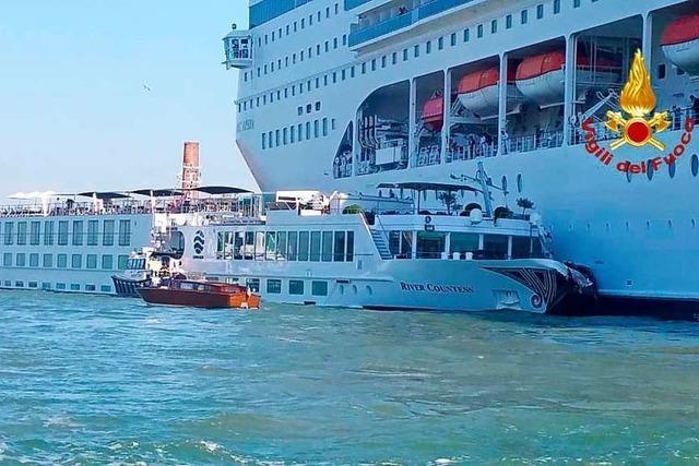 Kreuzfahrtschiff kracht in Venedig in Boot voller Touristen