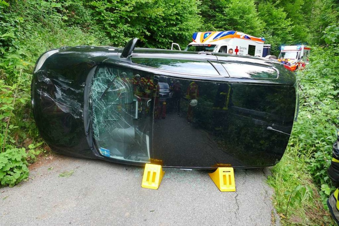 Das Auto blieb auf der Seite liegen.    Foto: Axel Kremp