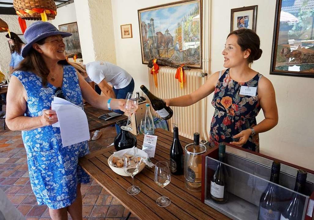 Zahlreiche Weinfreunde zogen bei der I...vierten von insgesamt vier Stationen.   | Foto: Julius Wilhelm Steckmeister