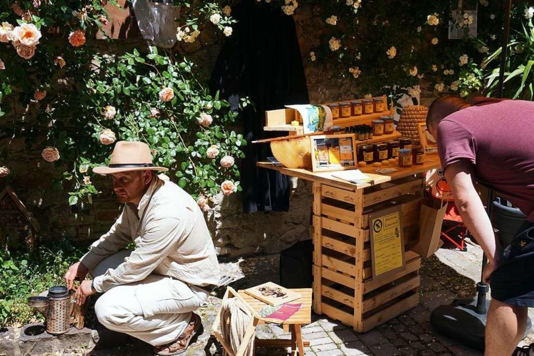 Auch ein Zen-Imker zeigte seine Produkte bei der Ihringer ManufakTour.  | Foto: Julius Wilhelm Steckmeister