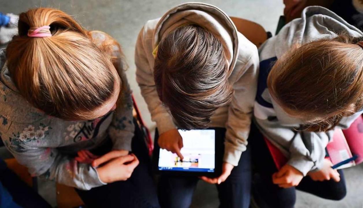Viele Kinder nutzen das Internet.   | Foto: Martin Schutt (dpa)