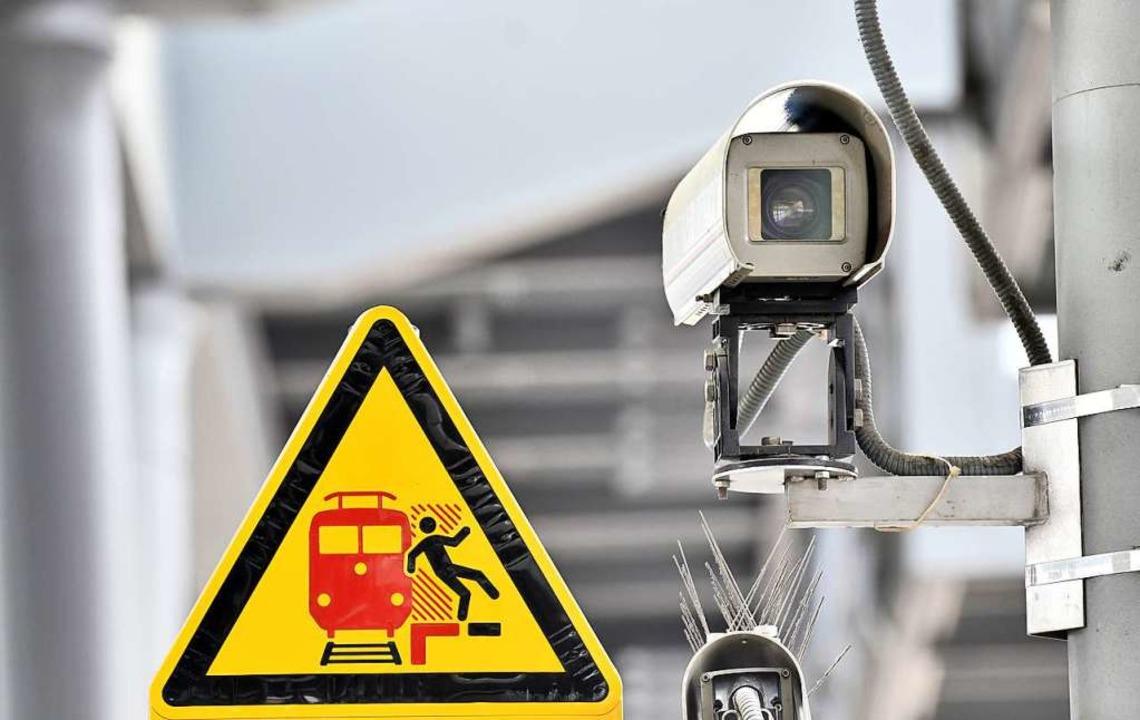 Eine Überwachungskamera auf einem Bahnsteig.   | Foto: Paul Zinken