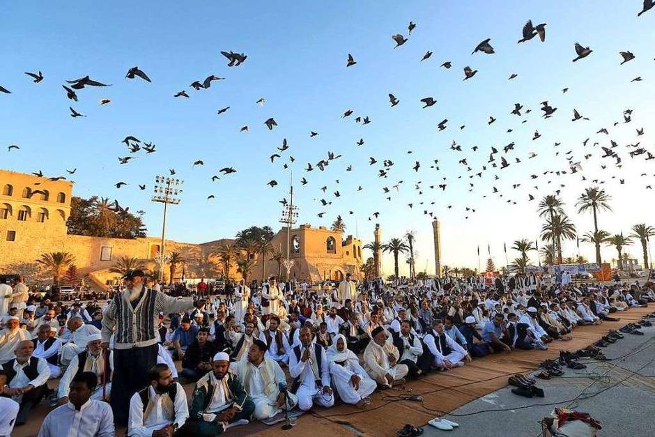 Libysche Muslime beten gemeinsam in der Hauptstadt Tripoli. (Foto: MAHMUD TURKIA (AFP))
