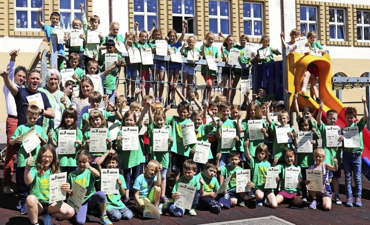 So sehen Sieger aus. Eine ganze Schule...Goldmedaille mit nach Hause gebracht.   | Foto: Gudrun Deinzer
