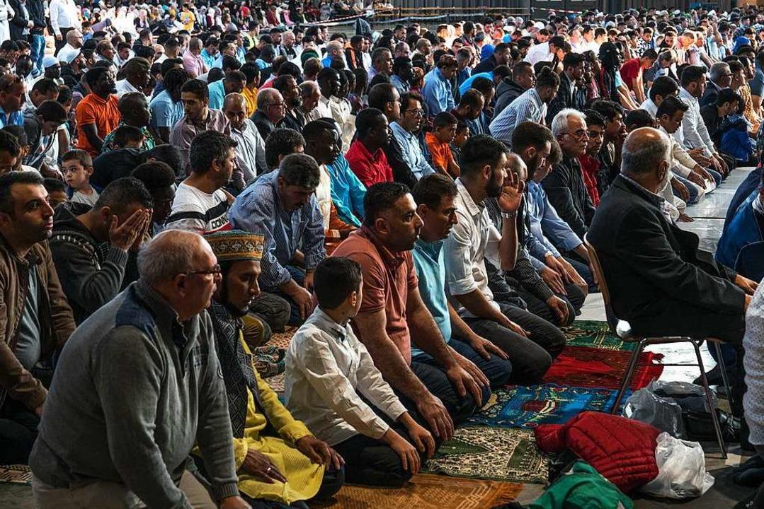 Dienstagmorgen kamen Tausende Muslime in die Messe, um gemeinsam zu beten.  | Foto: Eberhard Jobst