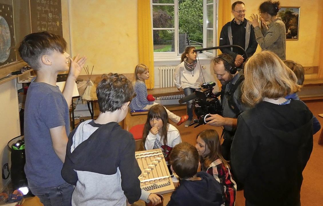Spielerisch Technik verstehen: Das dok...isches Filmteam in der Waldorfschule.   | Foto: privat