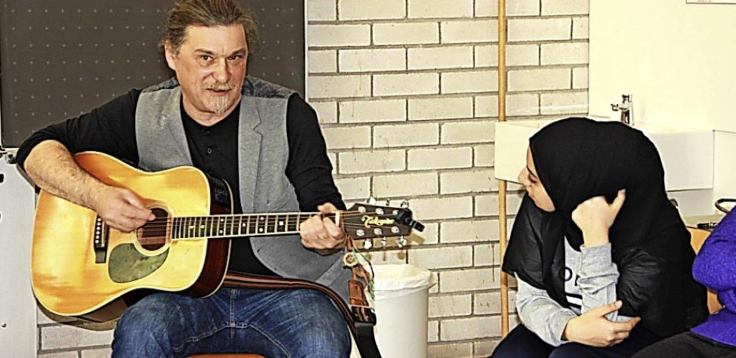 Der alemannische Liedermacher Martin L... war zu Gast am THG in der Klasse 10b.  | Foto: privat