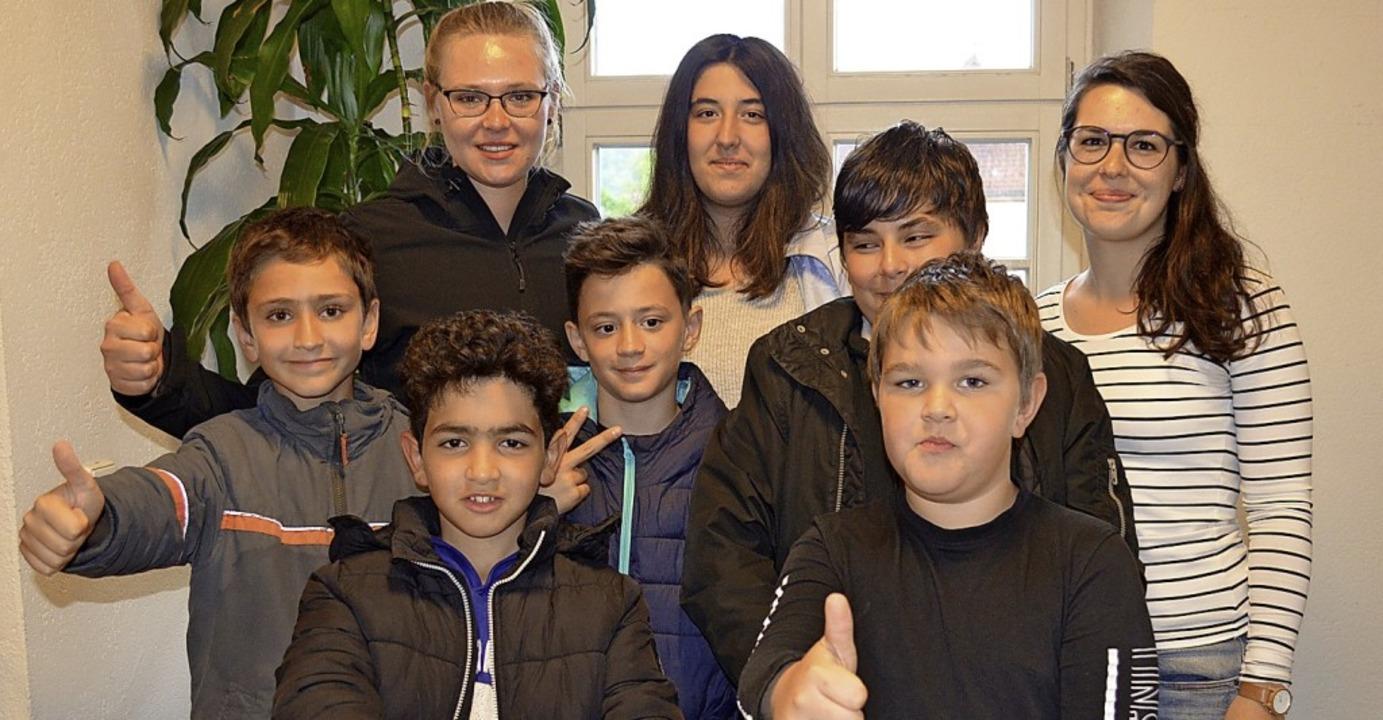 Daumen hoch: die Betreuerinnen Katja T...echts) mit Jugendlichen im Jugendtreff  | Foto: Britta Wieschenkämper