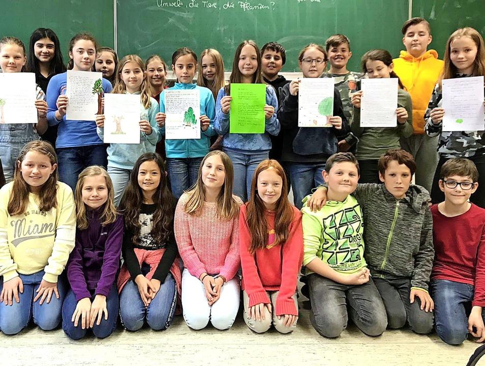 In Kleingruppen haben die Schüler der ... und fordern  neue Bäume im Schulhof.   | Foto: privat