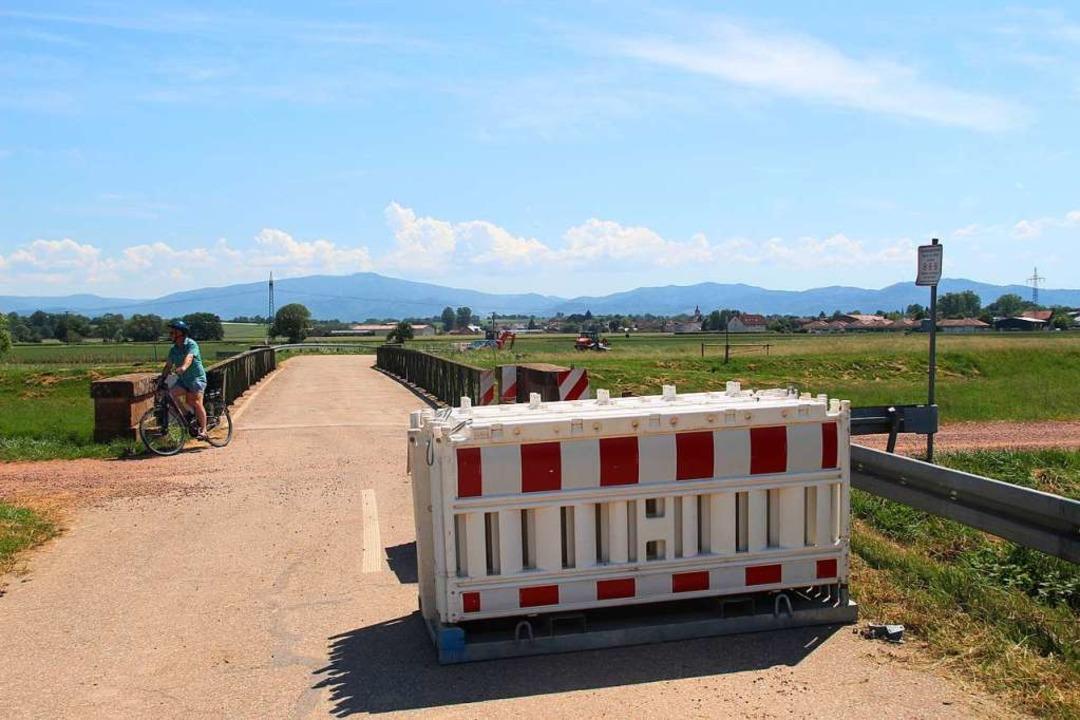 Noch steht die eiserne Brücke über der...it ihrem Abbruch wurde jetzt begonnen.    Foto: Horst David
