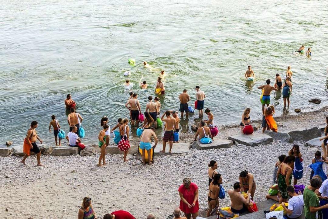 Kein See im Schweizer Bergland, sondern der Strand in Basel.   | Foto: Joss Andres