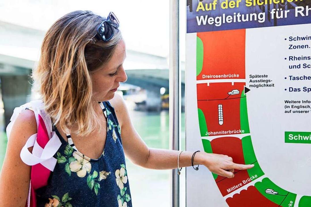Am Ufer sind Schilder, auf denen die Schwimmzonen angegeben sind.   | Foto: Joss Andres
