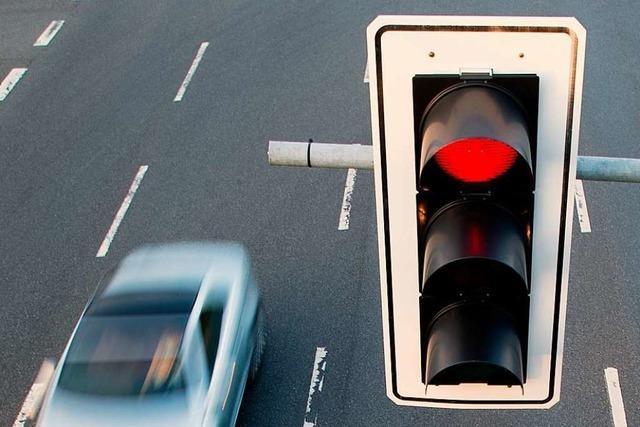 Polizei sucht BMW-Fahrer, der erst bei Rot fuhr und dann eine Frau genötigt hat