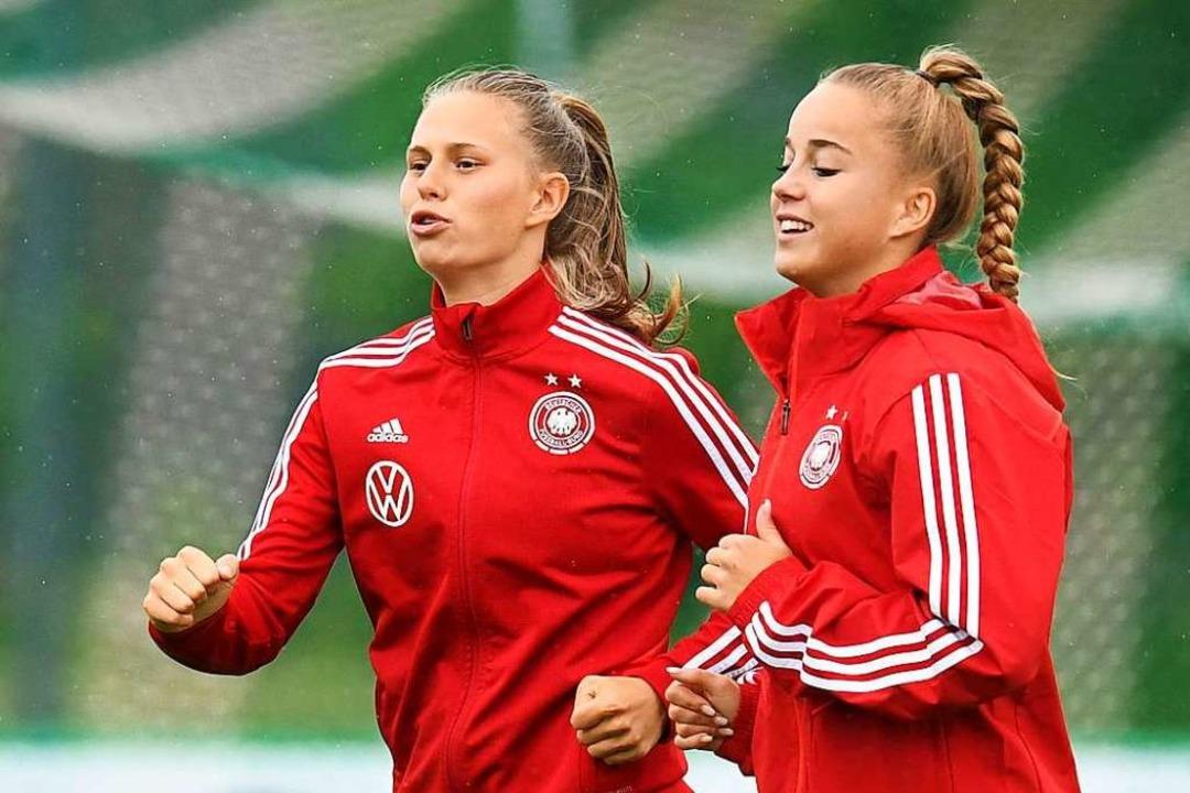 Klara Bühl (links) im Training bei der...nn, die zum FC Bayern München wechselt  | Foto: CHRISTOF STACHE (AFP)