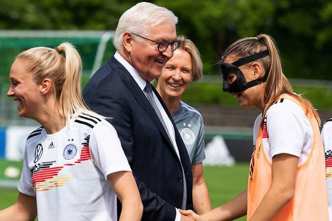 Klara Bühl mit Maske beim WM-Abschluss...as Team besuchte und Hände schüttelte.  | Foto: Sven Hoppe (dpa)