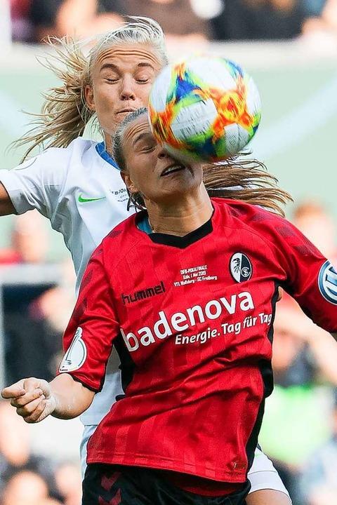 Klara Bühl im Trikot des SC Freiburg, ...B-Pokalfinale gegen den VfL Wolfsburg.  | Foto: Federico Gambarini (dpa)
